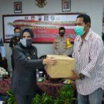 Wakil Walikota Magelang Windarti Agustina saat menyerahkan bantuan di Aula Balai Pemasyarakatan (Bapas) Magelang, Kamis (13/8/2020) (Humas Pemkot Magelang)